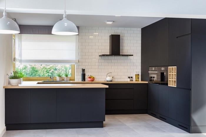 idée décoration de cuisine noir mat et bois aux murs blancs, aménagement cuisine avec meubles noir mat et bois