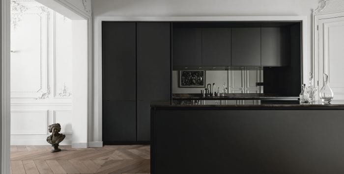 design intérieur style moderne dans une cuisine à look total noir, modèle de cuisine avec plan de travail noir laqué