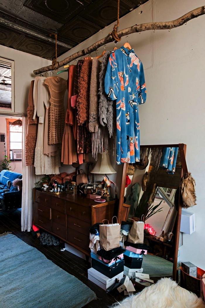 coin dressing a faire soi meme avec une branche suspendue et un meuble de rangement vintage