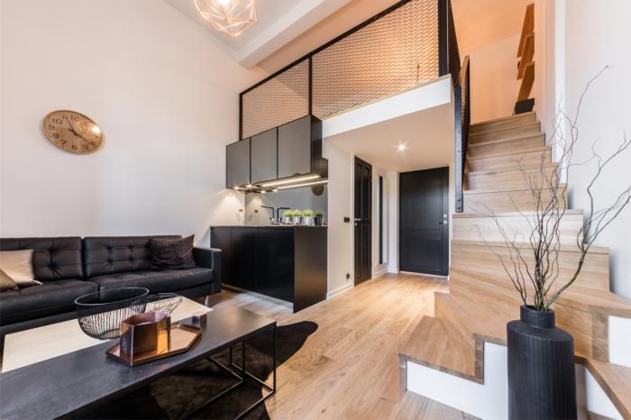exemple de petite cuisine moderne dans un studio, décoration cuisine bois moderne avec meuble haut en gris anthracite et meubles bas noir mat