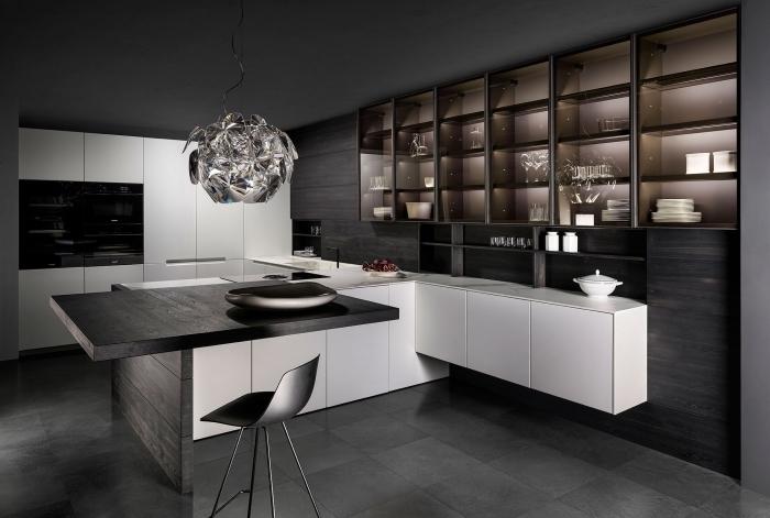 design intérieur moderne dans une cuisine aux murs foncés avec meubles blanc mat, déco cuisine noir mat