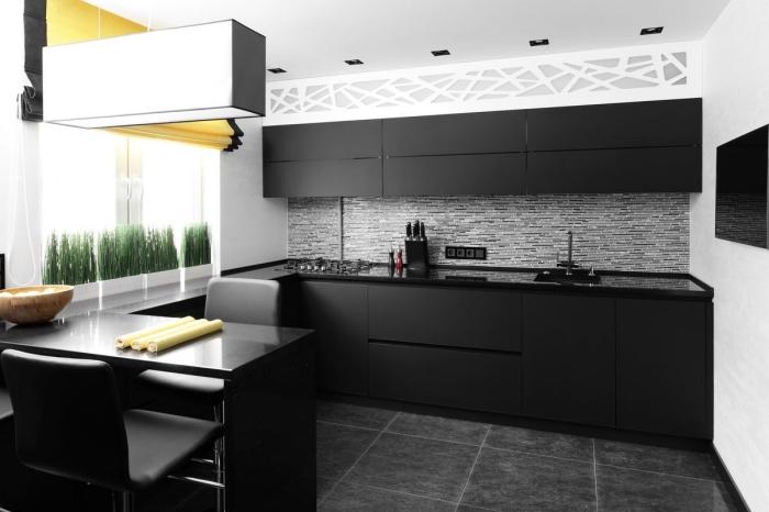 aménagement cuisine linéaire avec table à manger, idée décoration cuisine noir et blanc avec carrelage gris foncé