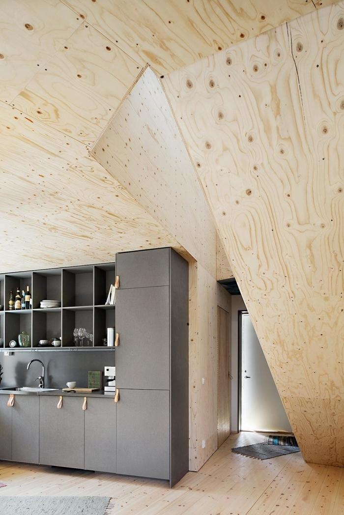 design intérieur futuriste dans une cuisine moderne en gris et bois, idée revêtement mural et plafond en bois clair
