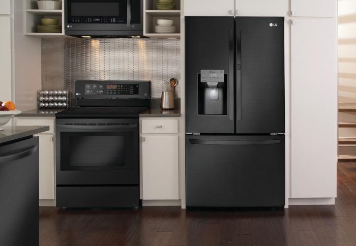 agencement petite cuisine avec îlot, exemple de cuisine en blanc et noir avec plan de travail noir mat et crédence inox