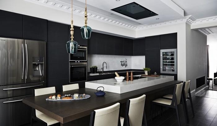 agencement cuisine en l avec îlot table à manger, décoration cuisine noir et blanc avec accents en bois foncé