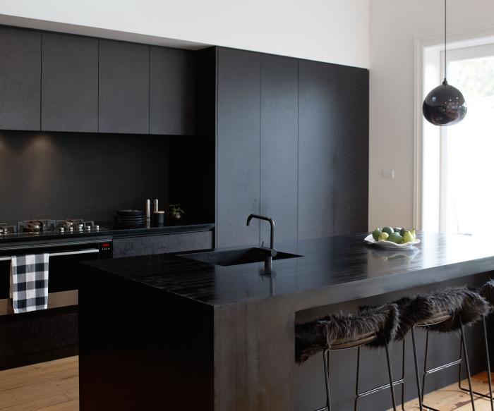 idée cuisine moderne avec plan de travail noir, décoration cuisine en longueur avec îlot central en noir mat