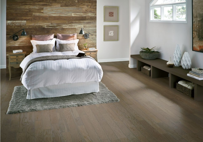 aménagement chambre adulte aux murs blancs avec pan de mur à lambris bois large, décoration chambre rustique