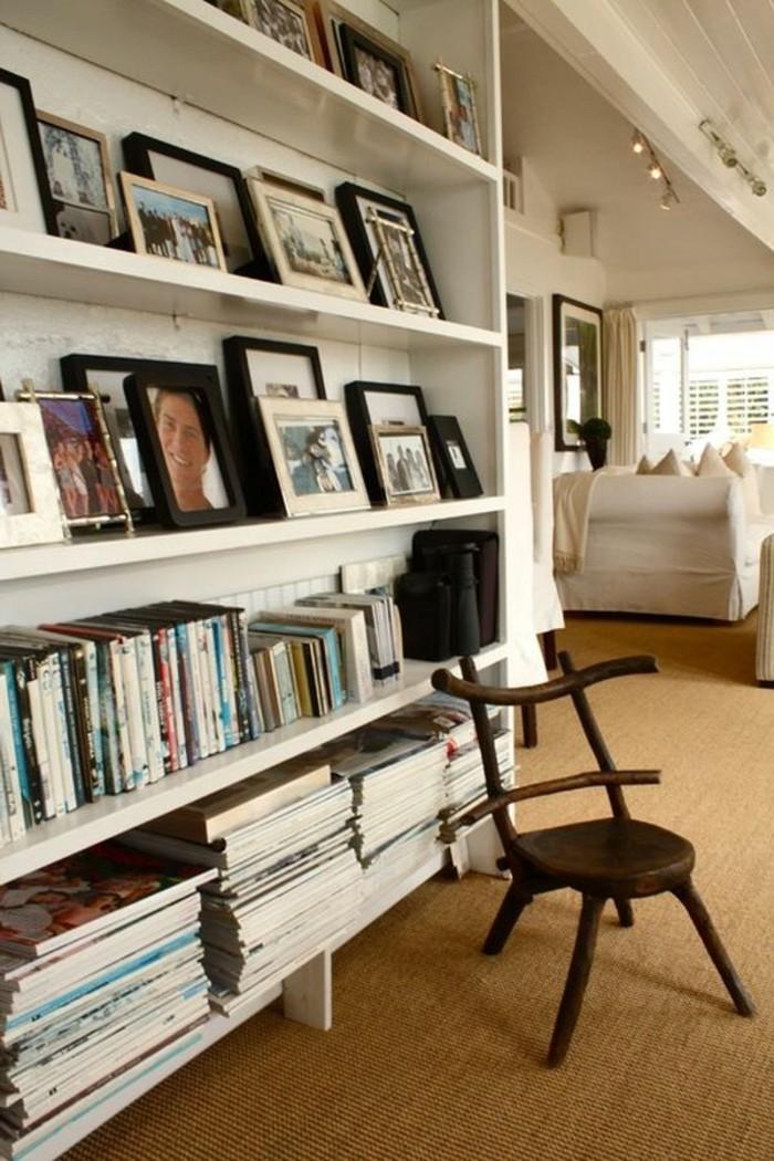 Bibliotheque avec livres et photos deco, chaise bois tapis étroit et long pour couloir, comment décorer un couloir étroit