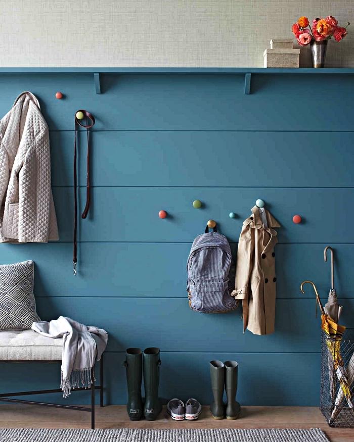 idee deco entree avec soubassement en bois peint en bleu sarcelle et des patères rondes colorées