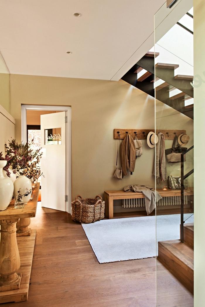 idée déco entrée maison en bois rustique, banc d'entrée en bois rustique associé à un porte-manteau bois, quelle couleur de peinture choisir pour une entrée lumineuse