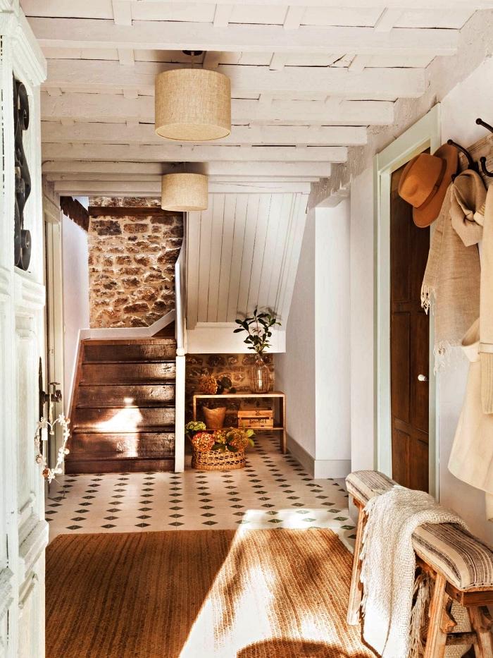 aménagement d'un hall d'entrée style rustique en carreaux de ciment vintage avec petit banc décoratif et un simple porte-manteau mural en bois