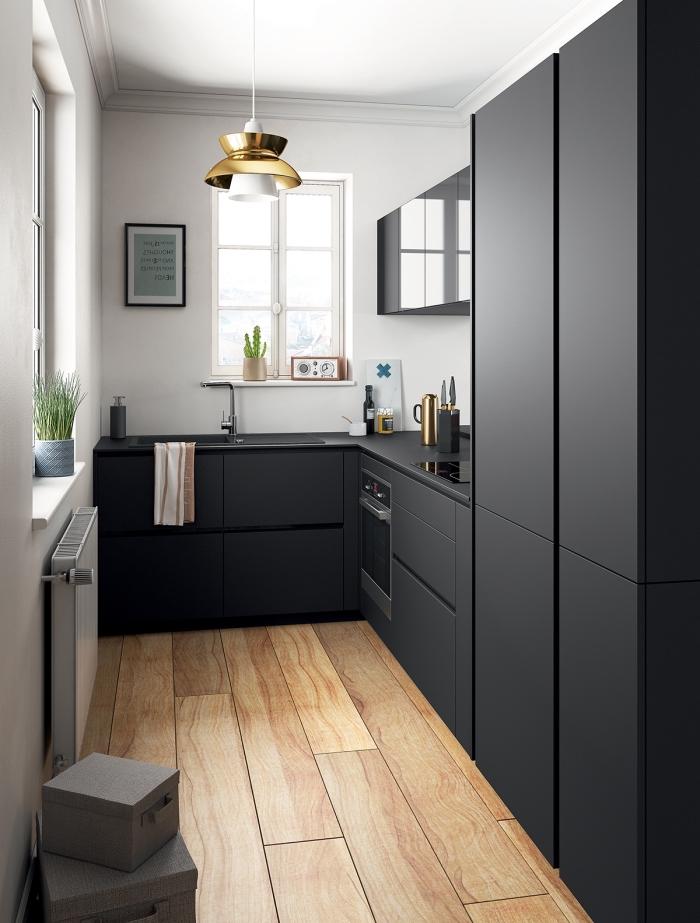 idée agencement cuisine en l pour espace limité, design petite cuisine blanche et noire avec plancher effet bois