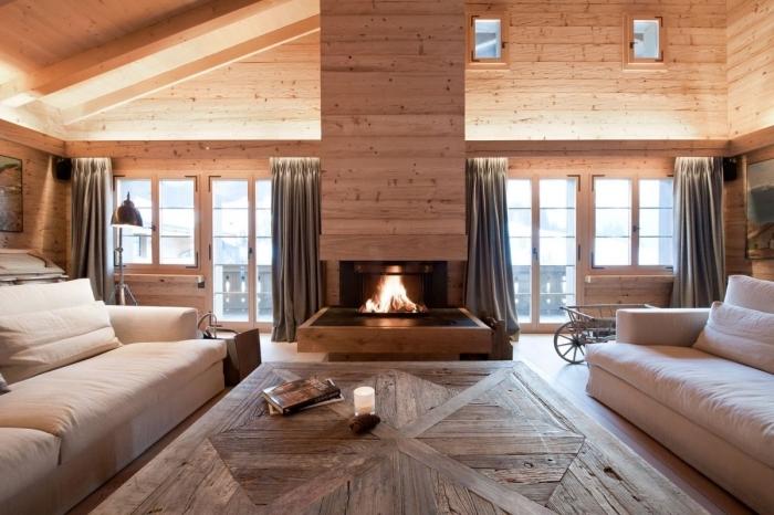 comment aménager un salon rustique avec murs et plafond en planche chene, idée salon rustique avec cheminée