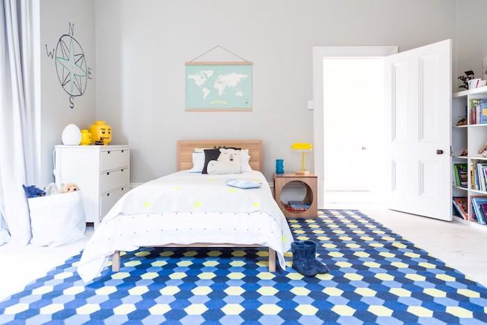 Photo de décoration chambre enfant avec mur gris clair et grand tapis bleu à motifs géométriques