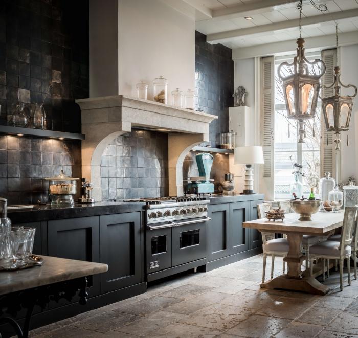 aménagement cuisine en longueur, idée crédence cuisine en carreaux gris anthracite, déco cuisine avec plan de travail noir