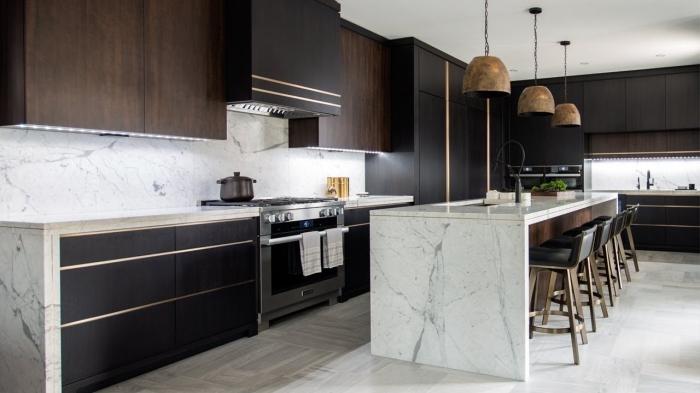 design intérieur cuisine moderne, agencement cuisine avec îlot, idée déco cuisine noir et blanc avec accents bois foncé