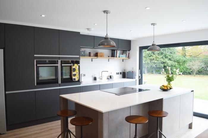 comment aménager une cuisine linéaire avec îlot central, quelle couleur pour meubles haut cuisine tendance