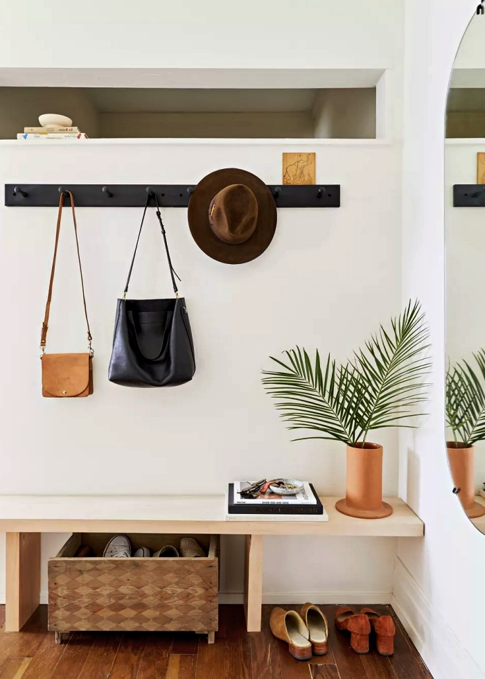meuble entrée couloir au design minimaliste qui joue le rôle de banc d'entrée et d'étagère déco, décoration d'entrée scandinave