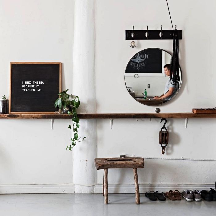 astuce deco entree de petit espace, étagère murale en bois rustique installée tout au long du mur de l'entrée