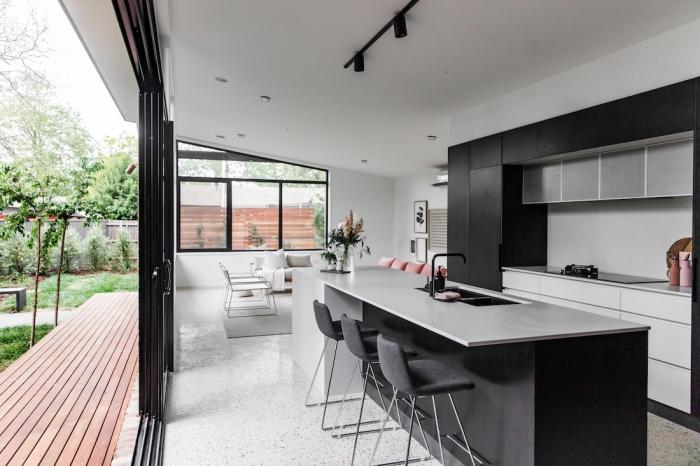 aménagement cuisine blanche et noire de style moderne, agencement cuisine en longueur avec îlot central en blanc et noir mat