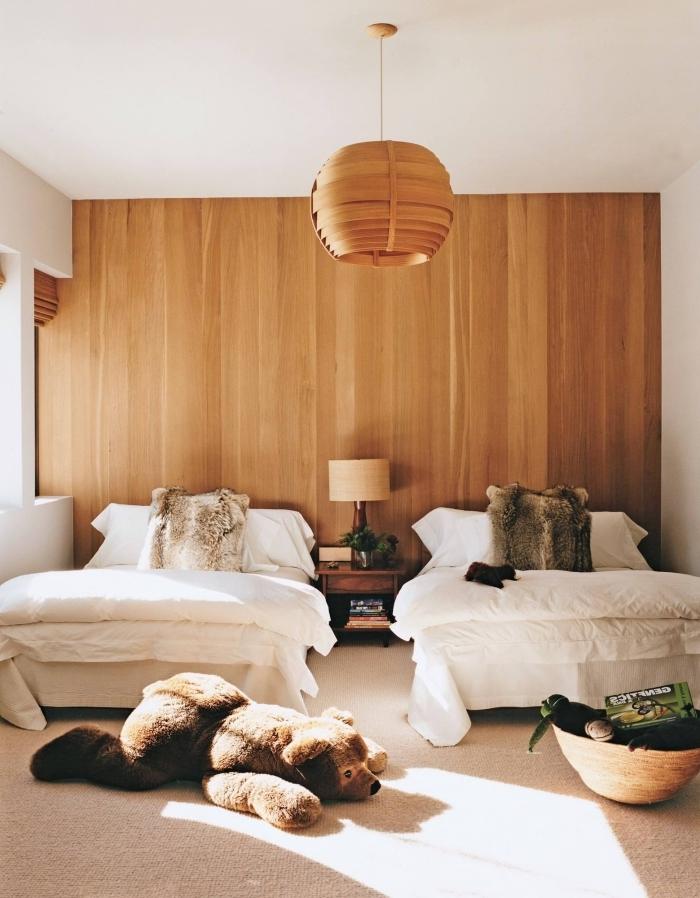 comment aménager une chambre d'enfant en blanc et bois, modèle de lambris mural en bois, déco chambre enfant