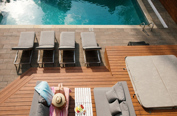 exemple comment décorer l'espace autour de la piscine, aménagement terrasse en bois avec meubles piscine