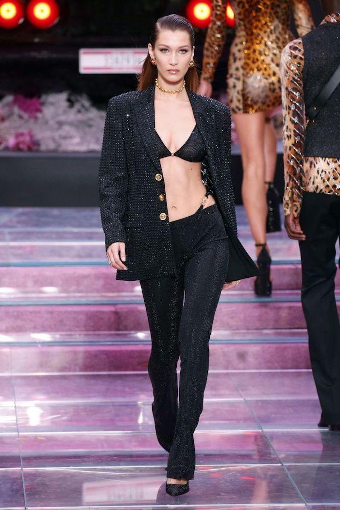 Tenue noire pantalon et veste brillante, tendance femme hiver 2019 2020 look hiver avec gros pull femme, Bella Hadid modèle femme beauté