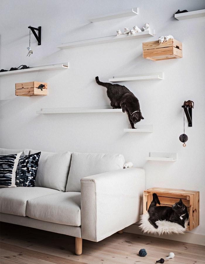détournement d'un cageot en bois ikea knagglig, installation murale pour chats réalisée avec des tablettes murales et des caisses bois ikea
