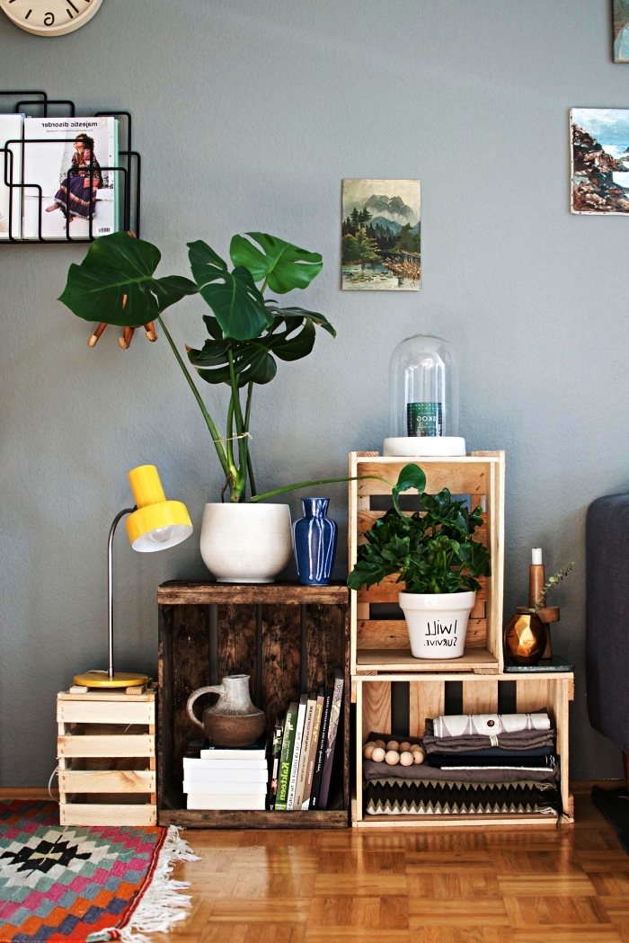 etagere maison réalisée avec des cagettes en bois empilées, idée pour aménager un coin de verdure dans le salon