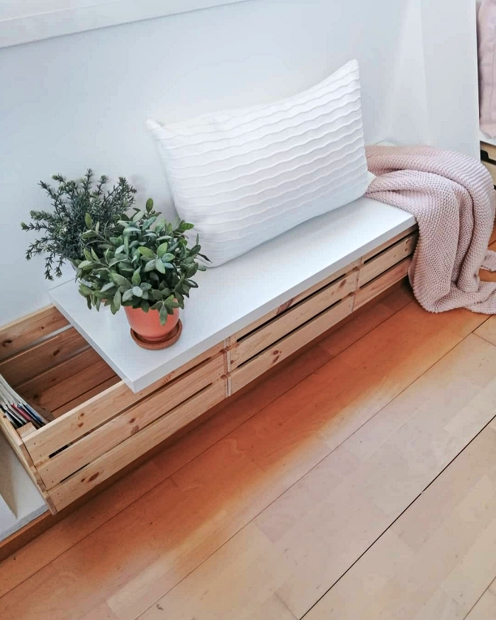 fabriquer une banquette en caisses bois avec espace de rangement, ikea hacks avec des caisses knagglig