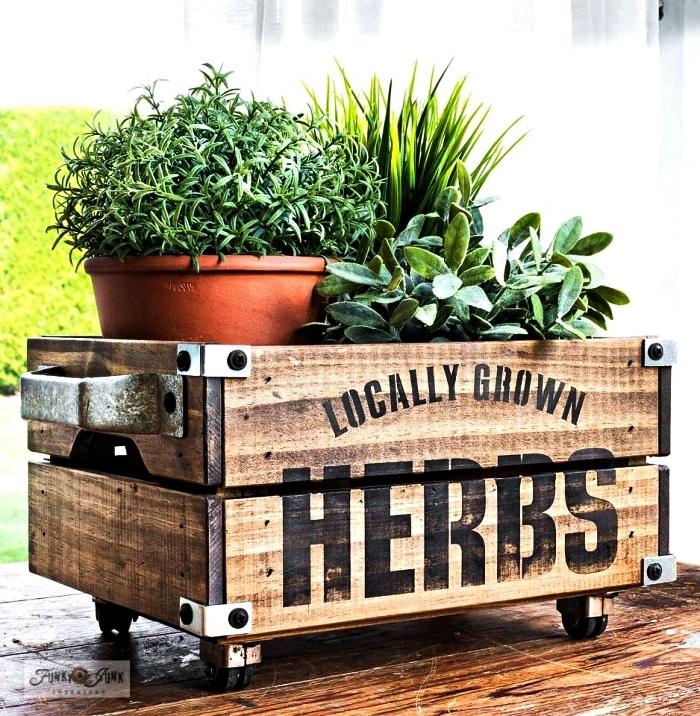 caisse bois deco à roulettes customisée au pochoir et détournée en jardinière vintage, comment faire une jardinière avec une caisse bois récup
