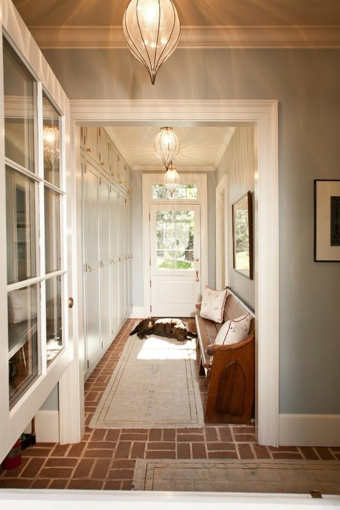 Chien endormi sur un tapis de couloir oriental étroit, convenable déco simple, lustre original