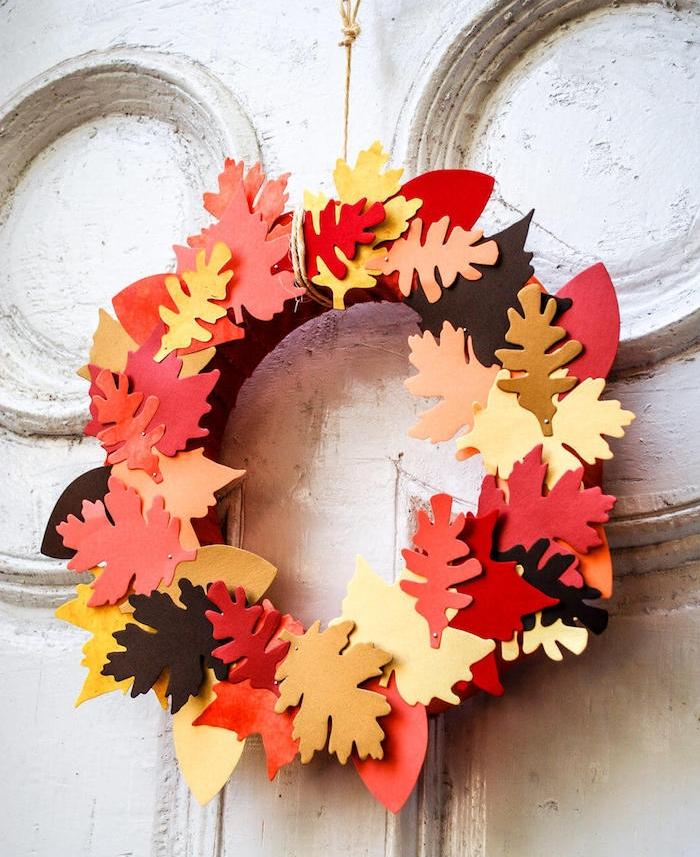exemple d activité d automne, couronne d automne en cerceau de mousse décoré de ruban marron avec des feuilles de mousse collées dessus