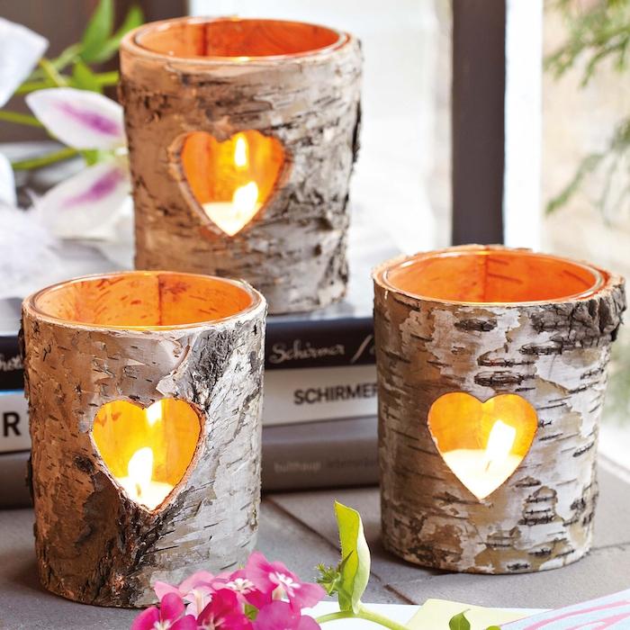 lanternes diy fabriquées dans l écorce de branches d arbre avec des bougies à l intérieur, deco romantique a faire soi meme