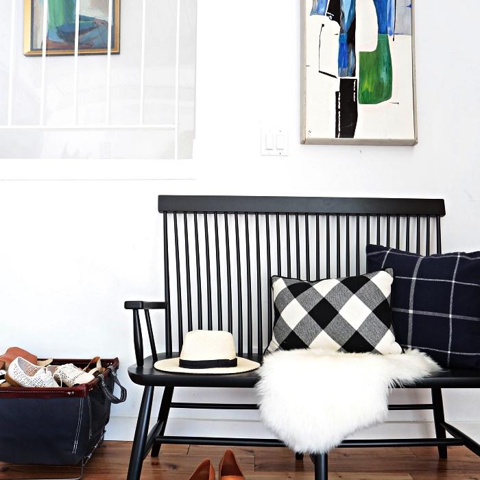 banc d'entrée en bois peint noir décoré de coussins à motifs carreaux, idee deco entree minimaliste
