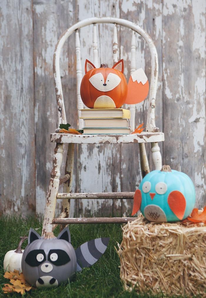 deco a faire soi meme theme automne et halloween, citrouilles à motif animal renard, hibou et ratoon laveur, chaise vintage, botte de foin