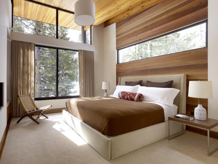 idée comment aménager une chambre à coucher relax aux murs blancs avec pan de mur en revetement mural bois