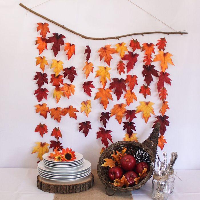 idee de deco murale originale en branche bois flotté avec pluie de feuilles, mobile feuilles d automne et panier de pommes
