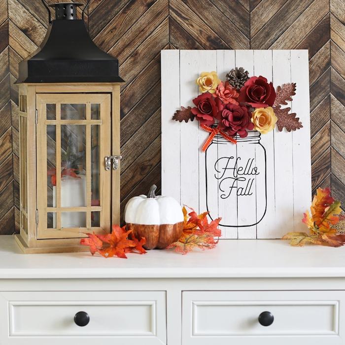 bonjour automne, idee deco automne originale en planche de bois blanchie avec dessin bocal et bouquet de fleurs de papier, feuilles mortes deco et citrouille, lanterne vintage decorative