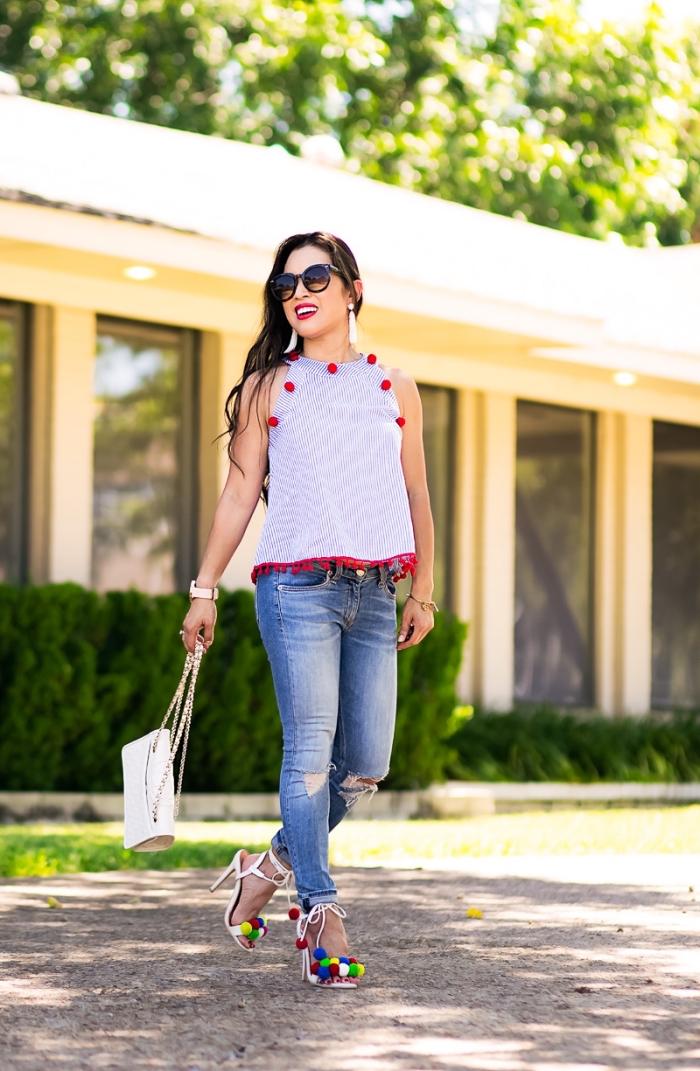 paire de sandales pompon à talons, tenue femme avec jeans slim et top décoré avec pompons rouges, idée accessoire mode avec pompons