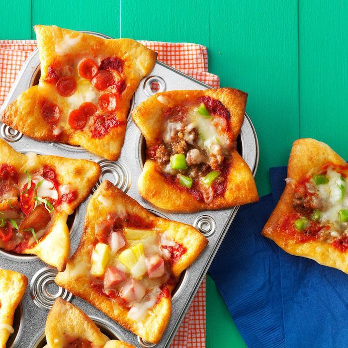 muffins salés pour l apéro, idée de pizza muffins maison avec pepperoni, viande hachée, légumes et autres toppings