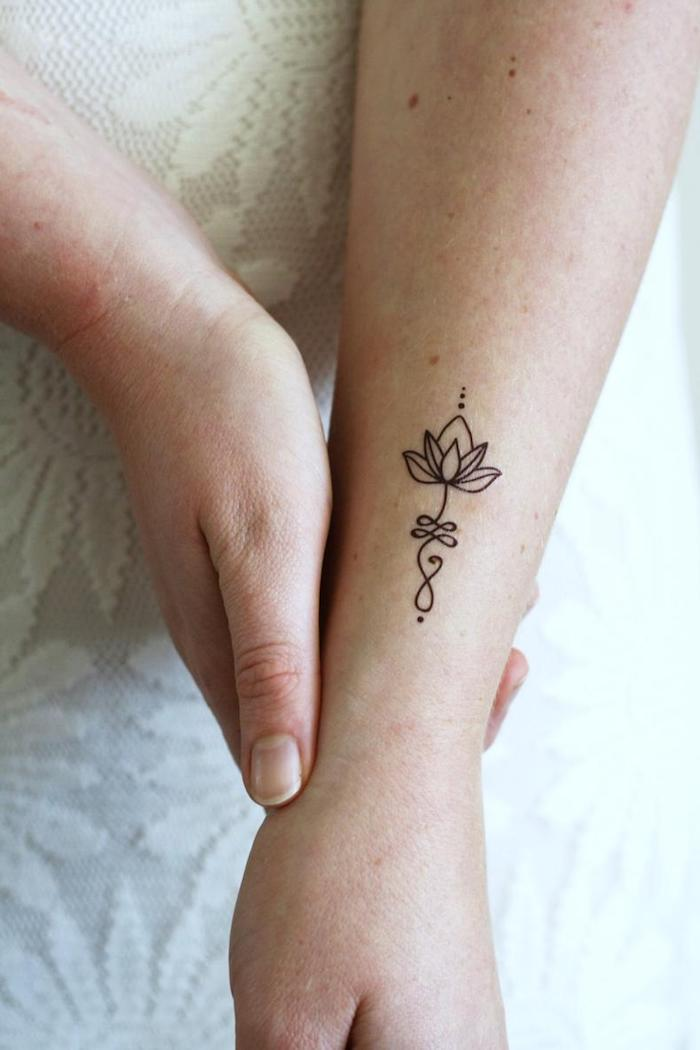 Blanche robe dentelle fleurie, minimaliste tatouage original, image inspiration tatouages fleur de lotus