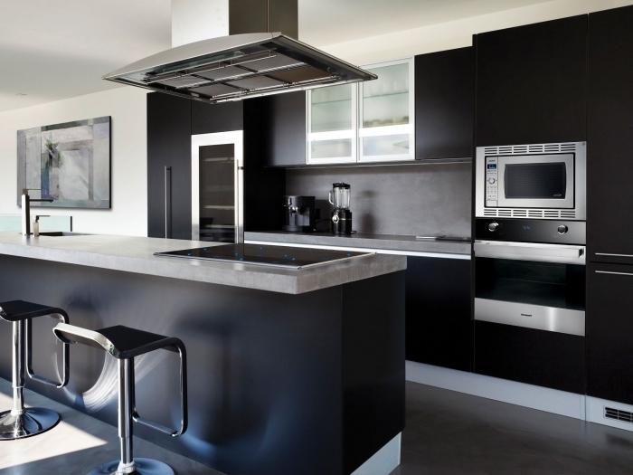 idée cuisine grise et blanche avec meubles en noir mate, cuisine linéaire avec îlot central, exemple crédence gris anthracite
