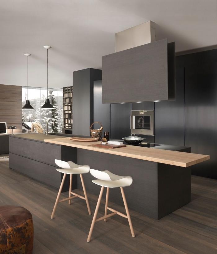 modèle de cuisine grise et blanche avec accents noir mat, revêtement de plancher bois foncé dans une cuisine
