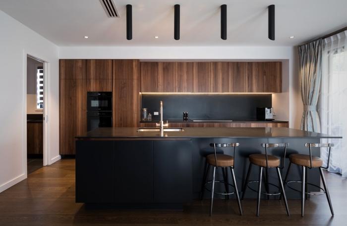 idée déco cuisine bois et noir, aménagement cuisine en longueur avec îlot central noir, exemple crédence cuisine noir mat