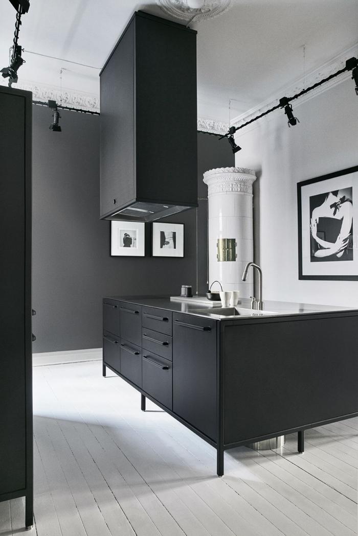 modèle de cuisine noir et blanc, aménagement cuisine aux murs en blanc et noir mat avec finitions en inox