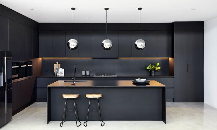 idée cuisine moderne aux murs blancs avec armoires et crédence en noir mat, agencement cuisine avec îlot central