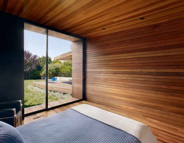 chambre minimaliste au plafond et plancher en bois marron, idée revêtement murs chambre en panneaux bois