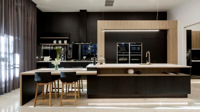 décoration cuisine bois et noir de style moderne, agencement cuisine linéaire avec îlot central table à manger