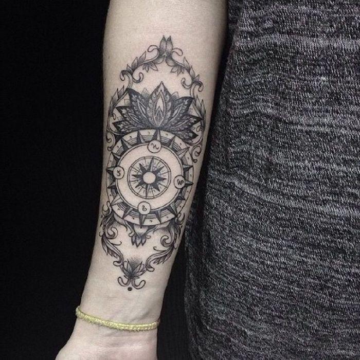Compas et lotus originale idée de tatouage qui signifie le chemin perdu et retrouvé, tatouage epaule, belle photo tatouage fleur de lotus